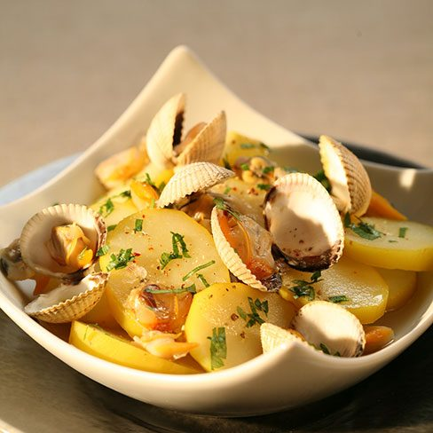 Ensalada de patatas en jugo de berberechos