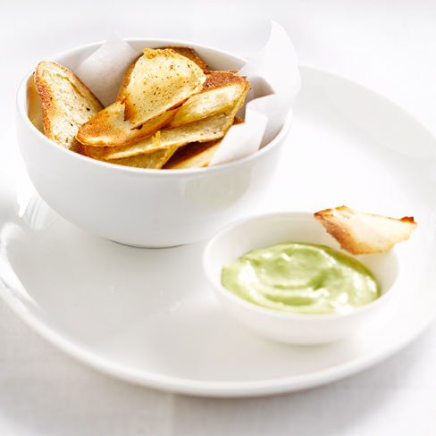 Patatas chips, con anchoas y salsa césar