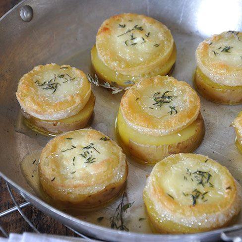 Rebanadas de patatas con queso de cabra caliente